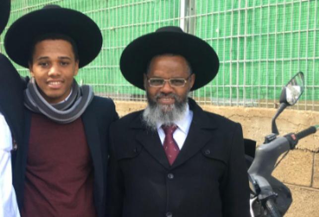 אביו ואחיו של העריק, מחוץ לכלא
