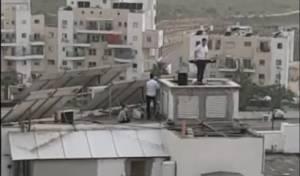 צפו: הקלידן עלה לגג ושימח את התושבים
