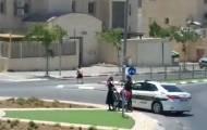 האישה עם השוטרים
