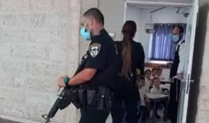 שוטרים בפעילות אכיפה בתלמוד תורה. אילוסטרציה