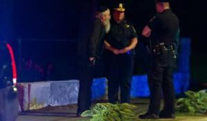 """שוטרים בשיחה עם שליח חב""""ד בזירה"""