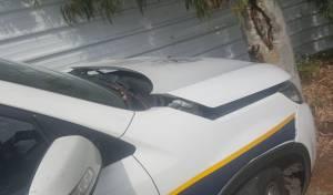 הניידת שנפגעה - רוכב קטנוע ללא רישיון פגע בניידת משטרה