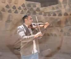 הכנר ניר סרוסי מבצע עם קליפ חול מרהיב: שבט אחים