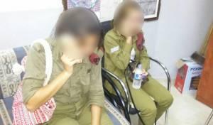החיילות בתחנת המשטרה הפלסטינית - חיילות נכנסו בטעות לכפר פלסטיני, הותקפו וחולצו