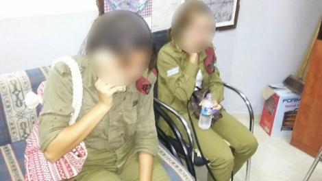 החיילות בתחנת המשטרה הפלסטינית