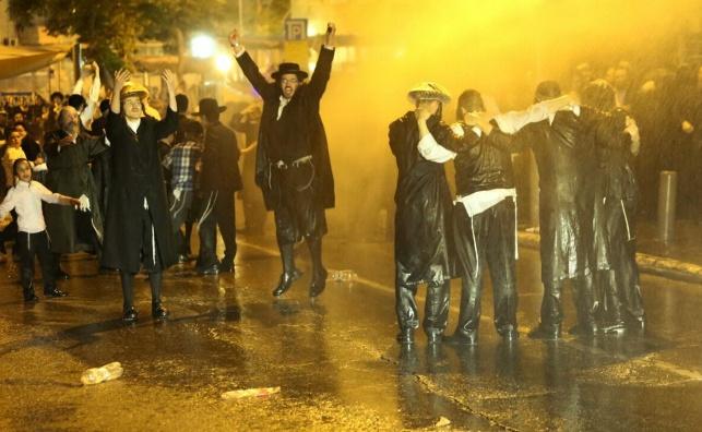 קיצונים מפגינים על מעצר של צעירה חרדית
