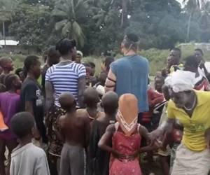 צפו: הניח תפילין  והתפלל בכפר האפריקאי