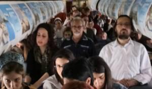 עומדים במהלך הטיסה - באוויר: הנוסעים לקייב התייחדו עם הנופלים