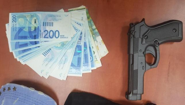 האקדח והכסף הגנוב