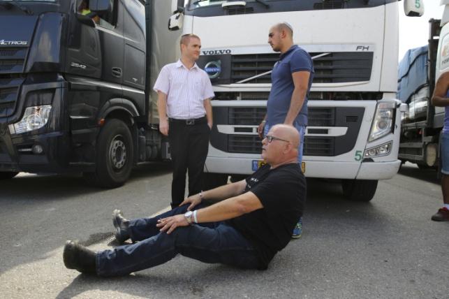 חוסמים מעבר משאיות לעזה