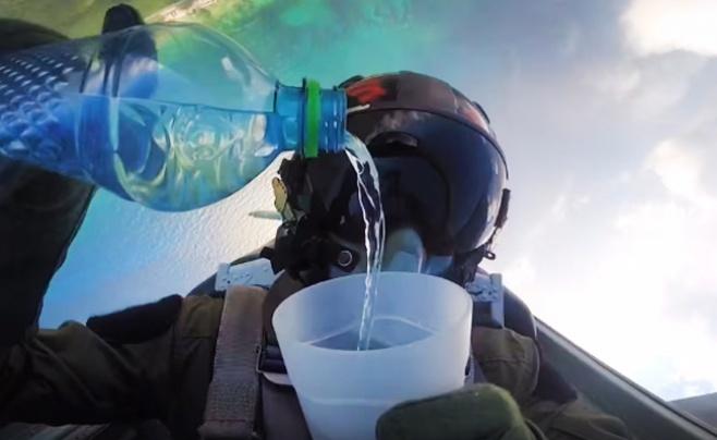 ויראלי ברשת: שתה מים באמצע טיסה במטוס קרב