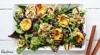 סלט עם אפרסקים צלויים וגבינת חלומי ברוטב פסטו לימון - הסלט שיגרום לכם לאהוב מחדש ירקות