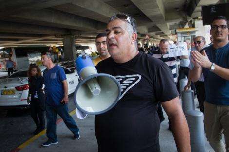 """נהגי המוניות מפגינים בנתב""""ג - נהגי המוניות הפגינו, ברש""""ת נכנעו"""