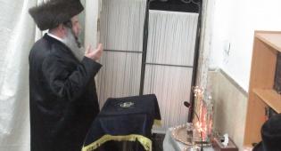 """האדמו""""ר מקוידינוב בהדלקת נרות חנוכה"""