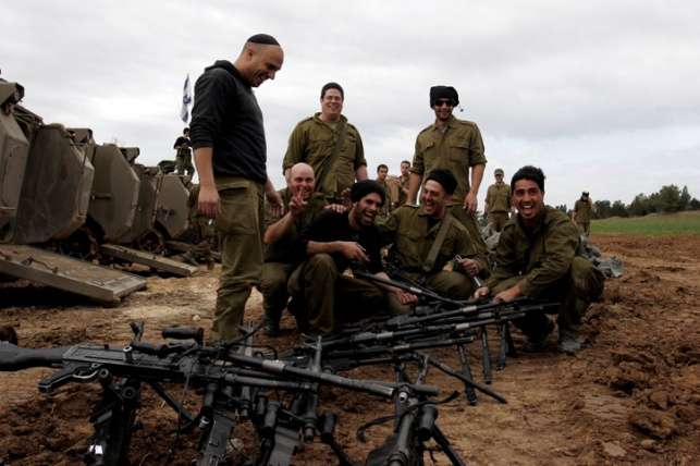 """חיילי צה""""ל בעוטף עזה, לפני יציאה למבצע צבאי"""