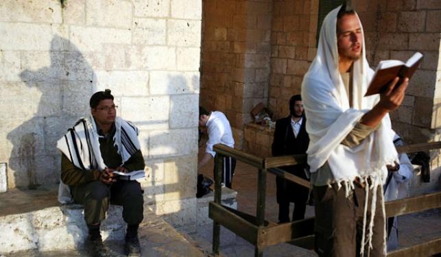 מתפללים בקבר שמואל הנביא