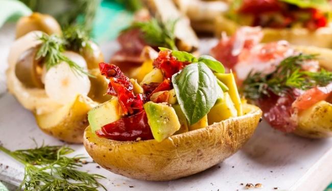 סירות תפוחי אדמה במילוי ירקות מוקפצים