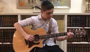 כוכב הגיטרה האקוסטית הצעיר מפתיע שוב