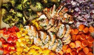 עוף בתנור עם קשת של ירקות