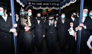 הרבי מסלאנים רקד לכבוד התורה עם מסיכה