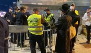 """צפו: השוטרים לא נותנים לאדמו""""ר  להיכנס"""