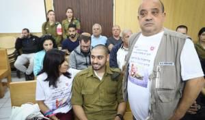 אזריה ומשפחתו בבית המשפט