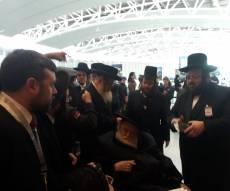 """בשדה התעופה: החסידים נפרדו מהאדמו""""ר"""