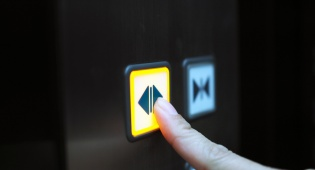 דיירי קומת קרקע חייבים להשתתף בעלויות המעלית?