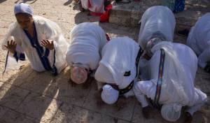 מנשקים את אדמת ישראל