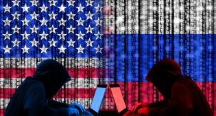 """האקרים על רקע דגלי רוסיה וארה""""ב"""