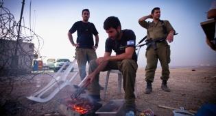 אילוסטרציה, חיילים מכינים לעצמם אוכל בבסיס
