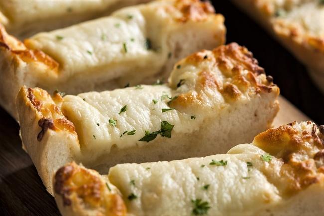 בגט במילוי גבינות עם שום ועשבי תיבול