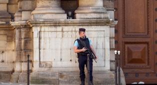 שוטר בצרפת. ארכיון - צרפת: בן 20 נעצר בחשד לניסיון פיגוע כימי