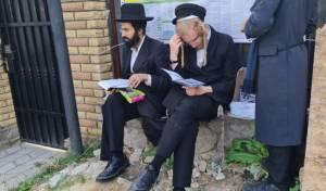 צפו:  'שחרית' ולימוד בציון רבי נחמן באומן