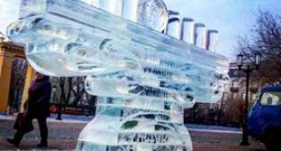 החנוכיה שנבנתה השנה - חנוכיית הענק היפהפייה שבנויה מקרח