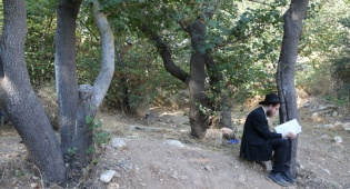 מתפלל ליד קבר בניהו בן יהיודע ליד צפת
