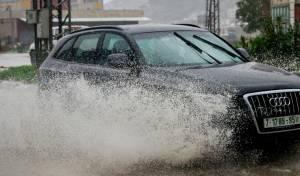רכב שמתיז מים על הולכי רגל חייב לשלם?