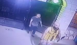 האסירים יוצאים מהמסגד