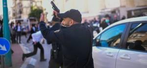 """פחד בב""""ב: שוטר שלף את אקדחו וירה. צפו"""