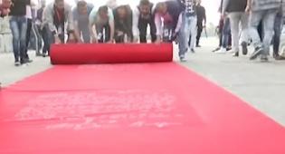 דריכה עזתית - מבקרי הפסטיבל דרכו על 'שטיח בלפור'. צפו