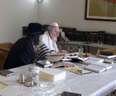 הרב ברלנד לומד תורה במלונית, היום - תמונות בלעדיות: הרב ברלנד לאחר השחרור