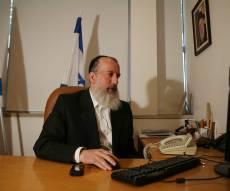 יוסי דייטש בלשכתו - בלי פוליטיקה ארצית בירושלים