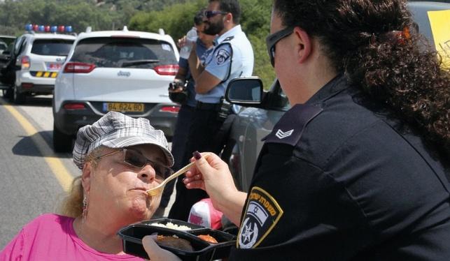 השוטרת נטע מאכילה את המפגינה איריס
