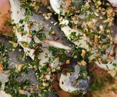 דג דניס שלם אפוי במילוי שום ועשבי תיבול - מזל דגים: דניס שלם במילוי שום ועשבי תיבול