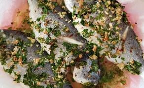 דג דניס שלם אפוי במילוי שום ועשבי תיבול