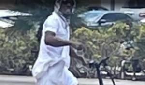 """החשוד רוכב על אופניו ליד ביהכ""""נ"""
