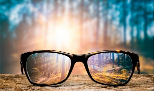הסרת משקפיים. אילוסטרציה