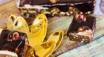 עוגת כדורי שוקולד מקושטת במיני קרמבו