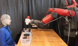 """על ראש האדם האלמוני מולבשת """"מסכת"""" האלקטרודות - והרובוט נכנס לפעולה - הרובוט קורא מחשבות ופועל בהתאם. צפו"""