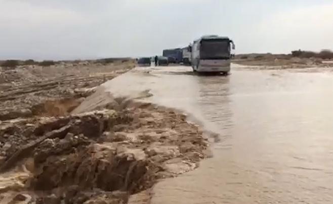 צפו: זרימה חזקה בנחל חסמה את כביש 90